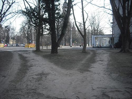 """""""Trampelpfade"""" von der Zöllnerstraße Richtung Haltestelle Trinitatisplatz"""
